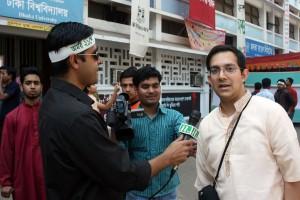 ঢাকার এন-টিভি রাশাদের ইন্টারভিউ নিচ্ছে টিএসসির সামনে একুশে ফেব্রুয়ারী ২০০৯ সনে