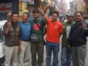 এভারেস্ট যাত্রার আগ মুহুর্তে মুসা ইব্রাহিম (মাঝে), শেরপা গাইড সোম তামাং (নীল টি শার্ট) ও অন্যরা