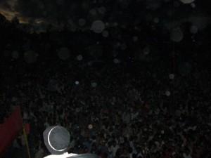 পূর্ণ গ্রহনের সময় অন্ধকার স্টেডিয়াম, সকাল ৮টা। শুধুমাত্র ক্যামেরার ফ্ল্যাশের আলো দেখা যাচ্ছে