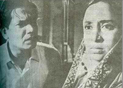 জীবন থেকে নেয়া (১৯৭০) পরিচালক- জহির রায়হান, ছবির দৃশ্যে খান আতাউর রহমানের সাথে রওশন জামিল
