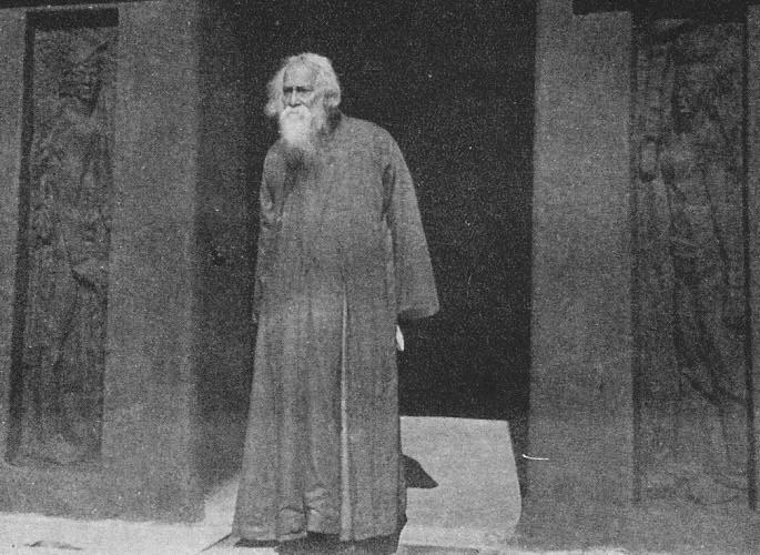 পরিচিতিঃ শ্যামলী মাটির ঘরের সামনে রবীন্দ্রনাথ ( ১৯৩৫ ) photographer : Hiran Kumar Sanyal