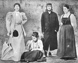 কাশ্মিরে স্বামী বিবেকানন্দের সাথে মিস্ জোসেফিন ম্যাকলাউড, সারা বুল, ও মার্গারেট নোবল (নিবেদিতা)